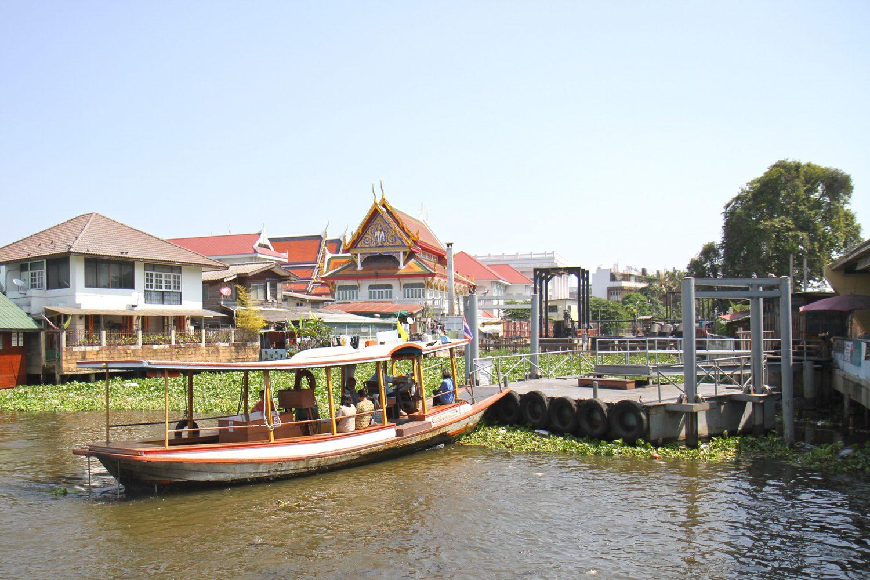 Bateau sur le fleuve à Bangkok