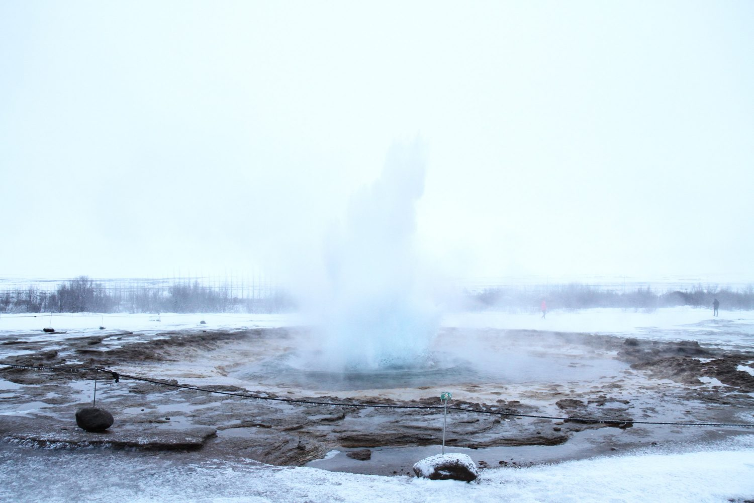 éruption de geyser en islande