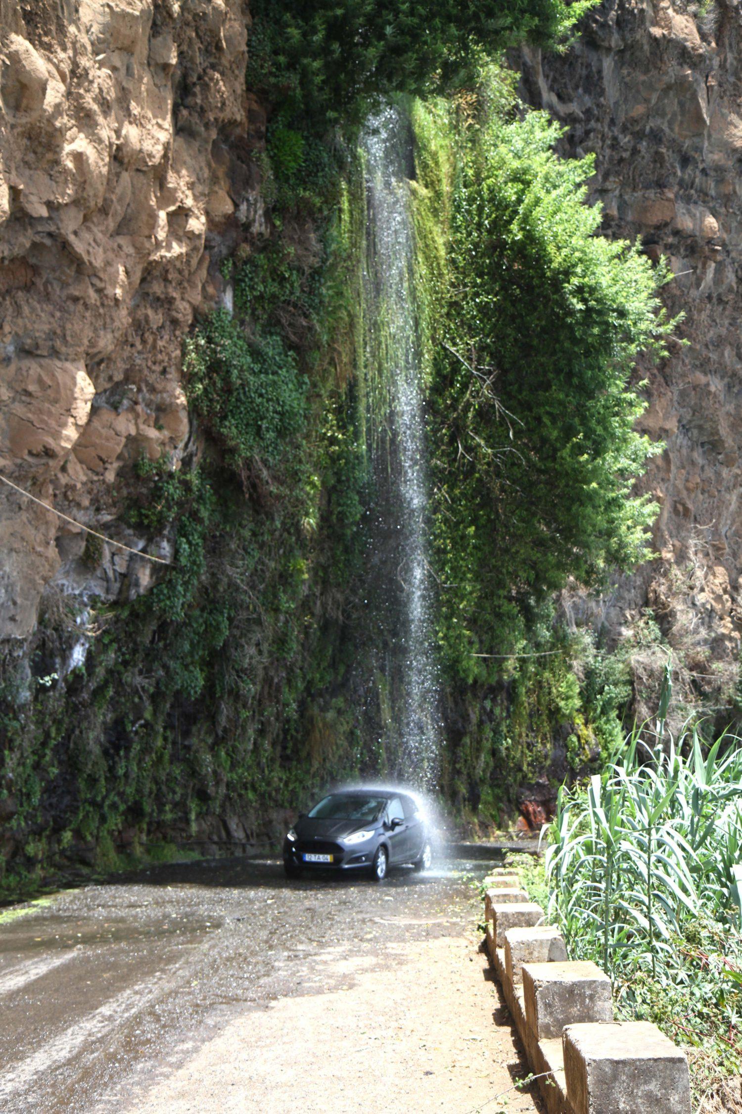 voiture sous la cascade à madère