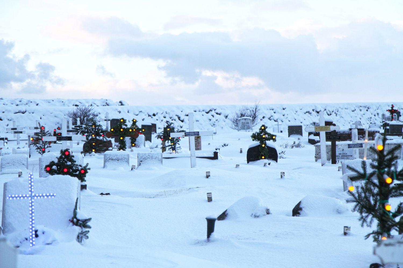 cimetière et croix lumineuses en islande