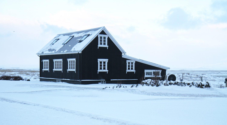 maison noire dans la neige en islande